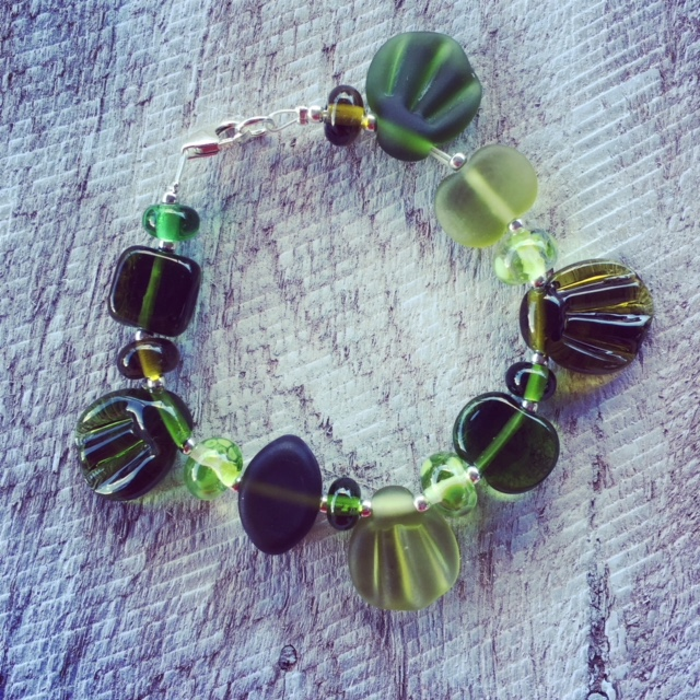 Recycled glass beads | handmade glass beads made from a wine bottle are using in this cute eco-bracelet.