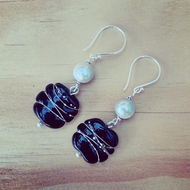 Black and grey pearl earrings